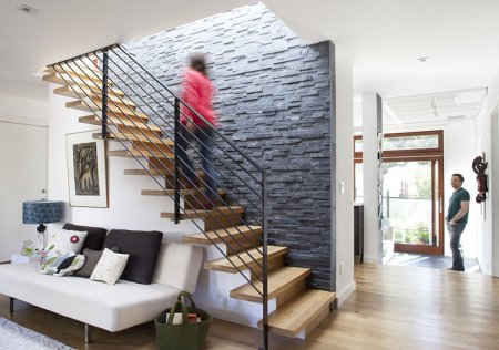 Stone wall trends split face and bookmatch interior design for Idee deco pour escalier